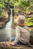 Enfant regardant la cascade de Chamouze mauritius Photo stock