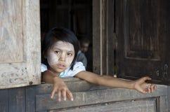 Enfant regardant la fenêtre de l'école Photos stock