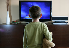 Enfant regardant la TV Images stock