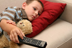 Enfant regardant la TV Photos libres de droits