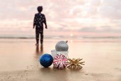 Enfant regardant le coucher du soleil la plage d'état de Carlsbad et le Noël De Images libres de droits
