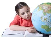 Enfant regardant le globe Photo stock