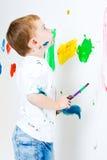 Enfant regardant sa peinture Images libres de droits