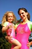 Enfant rencontrant le professeur de natation Images stock