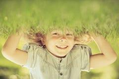 Enfant restant upside-down images stock