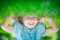 Enfant restant upside-down photos libres de droits