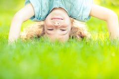 Enfant restant upside-down photo libre de droits