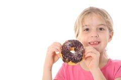 Enfant retenant un beignet de chocolat images stock
