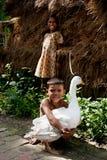Enfant retenant un canard Image libre de droits