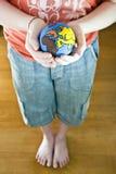 Enfant retenant un globe Photos stock