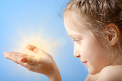 Enfant retenant un soleil Photos libres de droits