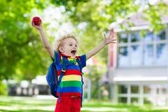Enfant retournant à l'école, début d'année Photo stock