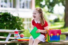 Enfant retournant à l'école, début d'année Photos stock