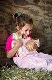 Enfant riant avec des chatons Photos libres de droits