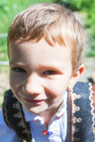Enfant rural roumain ayant l'humeur à jouer photographie stock