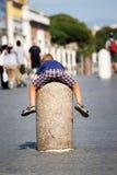 Enfant s'accrochant à un pilier en pierre à Ville du Vatican Photos stock