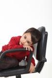Enfant s'asseyant comme un bossage Image stock