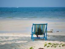 Enfant s'asseyant sur la chaise de plage Photo libre de droits