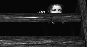 Enfant se cachant sous des escaliers illustration de vecteur