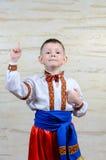 Enfant se dirigeant tout en utilisant un costume folklorique Images stock