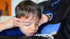 Enfant se réveillant et baîllant banque de vidéos