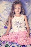 Enfant se reposant dans le lit Image stock
