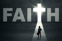 Enfant se tenant dans la porte de foi image stock
