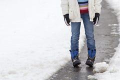 Enfant se tenant dans une rue neigeuse photographie stock
