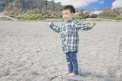 Enfant se tenant sur une plage Image libre de droits