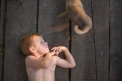 Enfant se trouvant sur les conseils avec ses amis Image libre de droits