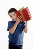 Enfant secouant un présent enveloppé Image libre de droits