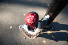 Enfant seul attendant dans le Central Park, New York Photos libres de droits