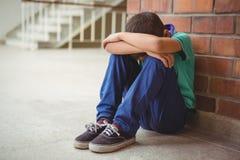 Enfant seul bouleversé s'asseyant seul photo libre de droits