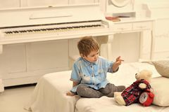 Enfant seul d'enfant dans la chambre à coucher indiquant le conte de fées pour le jouet Concept de conte de fées Garçon avec le j Image libre de droits