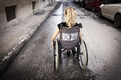 Enfant seul dans le fauteuil roulant Photo libre de droits