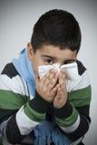 enfant son essuyage de nez photos libres de droits
