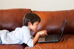 enfant son jeu d'ordinateur portatif Photos stock