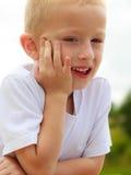 Enfant songeur de garçon pensant et rêvassant Photo libre de droits