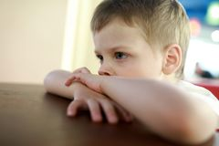 Enfant songeur en café Photographie stock
