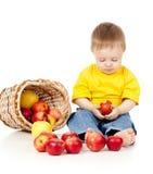 Enfant songeur mangeant de la nourriture saine Images libres de droits