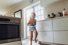 Enfant sortant après un bain photographie stock libre de droits