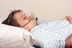 Enfant souffrant avec le masque à oxygène Images libres de droits