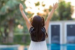Enfant soulevant des mains faisant face à Sun Photographie stock libre de droits
