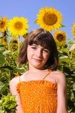 Enfant souriant dans un domaine de tournesol Image stock