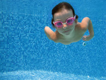 Enfant sous-marin images libres de droits