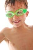 Enfant spoty heureux avec des lunettes de natation Photos stock