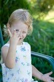 Enfant supportant trois doigts. Photographie stock libre de droits