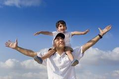 Enfant sur des épaules de l'homme Photographie stock