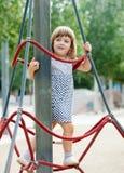 Enfant sur des cordes au terrain de jeu Images libres de droits