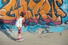 Enfant sur des lames de rouleau Photographie stock libre de droits